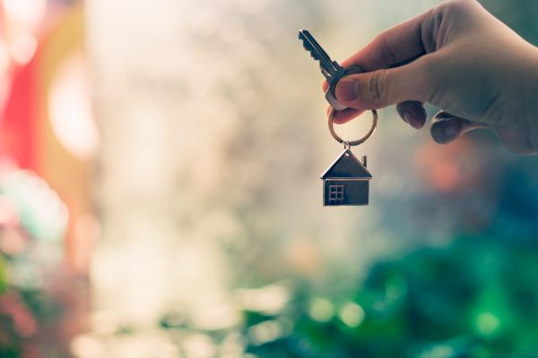 hand holding a set of house keys